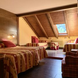 Chambre grenier lit king size Hotel Aran la Abuela Vielha