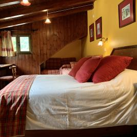 Chambre lit king size murs en bois Hotel Aran la Abuela Vielha
